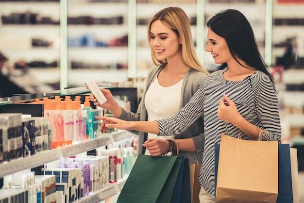 Piękne Dziewczyny Z Torbami Na Zakupy Wybierają Kosmetyki Premium Zdjęcia
