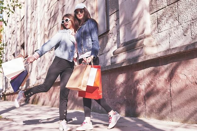 Piękne Dziewczyny Z Torby Na Zakupy Spacerujące Po Centrum Handlowym. Darmowe Zdjęcia