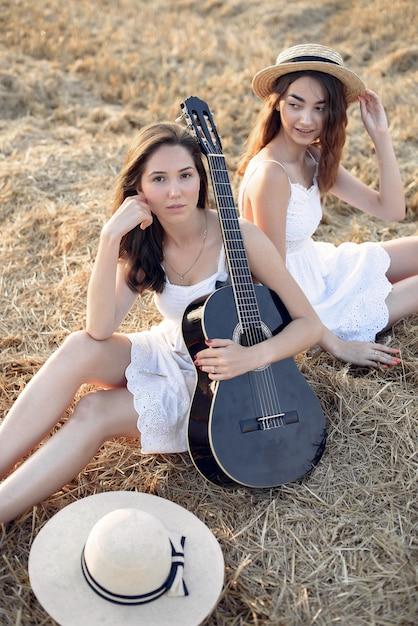 Piękne eleganckie dziewczyny w polu pszenicy jesienią Darmowe Zdjęcia
