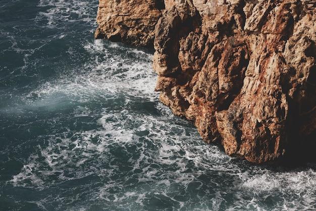 Piękne Fale Morskie I Kamieniste Premium Zdjęcia