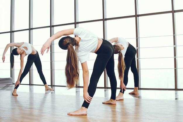 Piękne i eleganckie dziewczyny uprawiają jogę Darmowe Zdjęcia