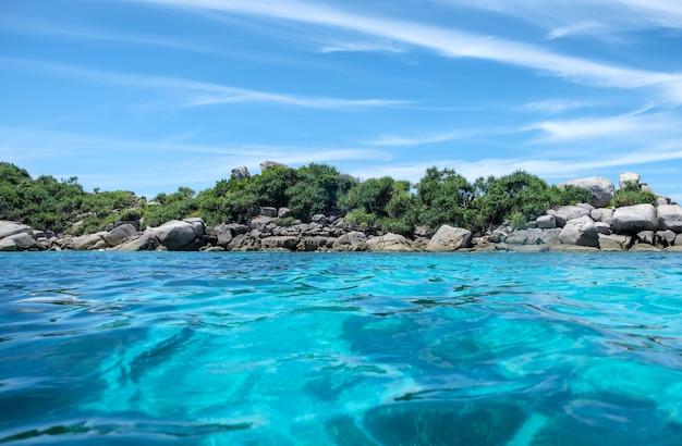 Piękne Jasne Błękitne Morze Premium Zdjęcia