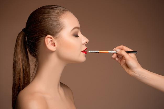 Piękne Kobiece Usta Z Makijażem I Pędzlem Darmowe Zdjęcia