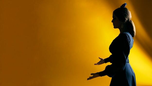 Piękne Kobiety Mienia Ręki Z Kopii Przestrzenią Darmowe Zdjęcia