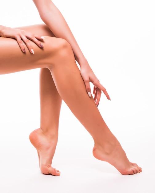 Piękne Kobiety Nogi Z Gładką Białą Skórą Na Białym Tle Darmowe Zdjęcia