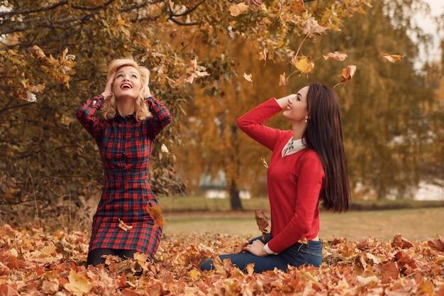 Piękne kobiety w parku jesień Premium Zdjęcia