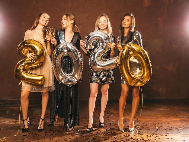 Piękne Kobiety Z Okazji Nowego Roku. Szczęśliwe Wspaniałe Dziewczyny W Stylowych Seksownych Sukienek Darmowe Zdjęcia