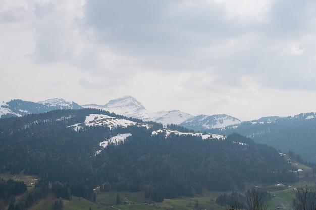 Piękne Krajobrazy Gór Skalistych Pokrytych śniegiem Pod Zachmurzonym Niebem We Francji Darmowe Zdjęcia