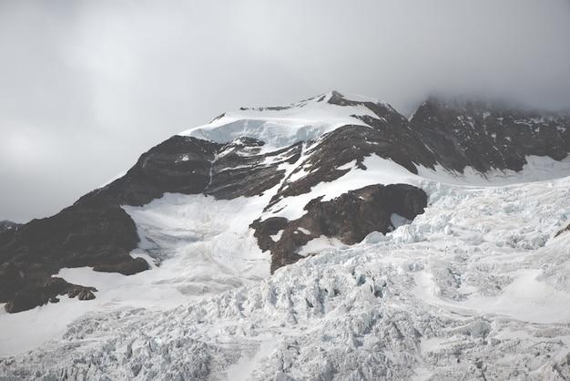 Piękne Krajobrazy Jasnych Białych Ośnieżonych Gór I Wzgórz Darmowe Zdjęcia