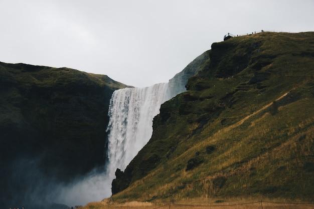 Piękne Krajobrazy Niesamowitych I Zapierających Dech W Piersiach Dużych Wodospadów Na Wolności Darmowe Zdjęcia