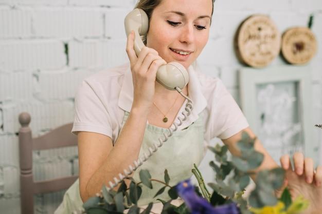 Piękne Kwiaciarnia Mówiąc Na Telefon Darmowe Zdjęcia