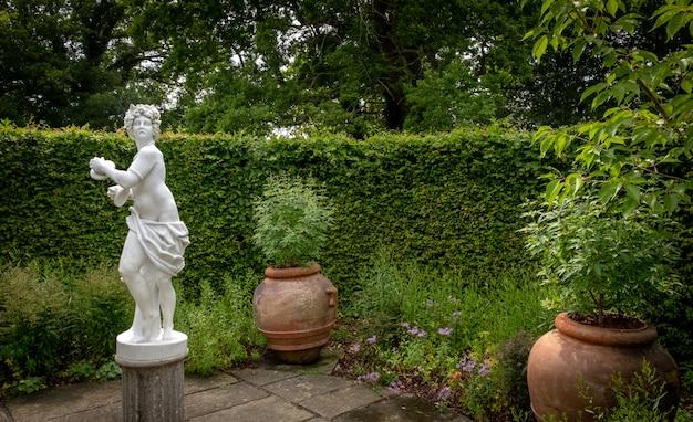 Piękne Kwiaty, Drzewa I Rośliny Oraz Architektura Ogrodowa W Sissinghurst Caslte Gardens Premium Zdjęcia