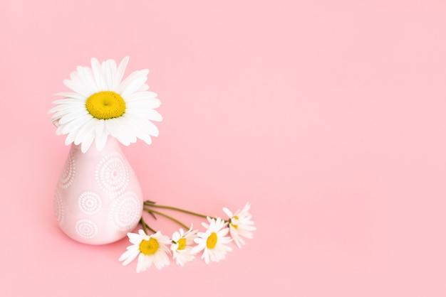 Piękne Kwiaty W Wazonie Na Różowym Tle ściany Premium Zdjęcia