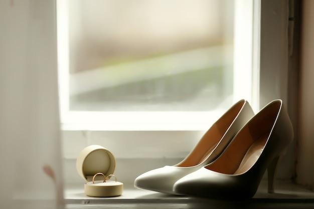 Piękne luksusowe obrączki ślubne i panny młodej pięty Darmowe Zdjęcia