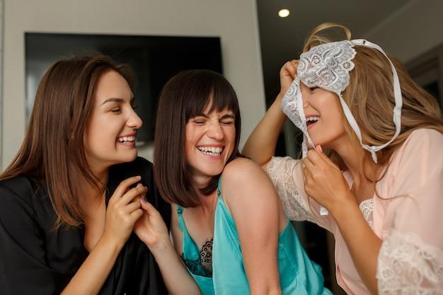 Piękne Młode Dziewczyny Na Wieczorze Panieńskim Premium Zdjęcia