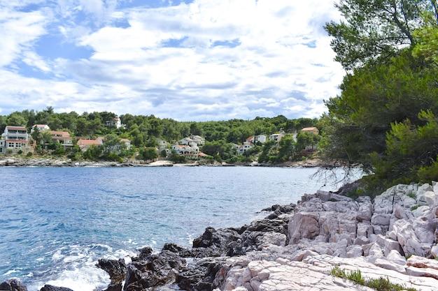 Piękne Morze Adriatyckie W Chorwacji, Hvar. Błękitna Laguna, Zielone Sosny, Kamieniste Wybrzeże, Błękitna Woda, Fajnie Premium Zdjęcia