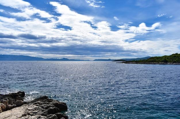 Piękne Morze Adriatyckie W Chorwacji. Skała, Pochmurne Błękitne Morze, Fale, Fajnie Premium Zdjęcia