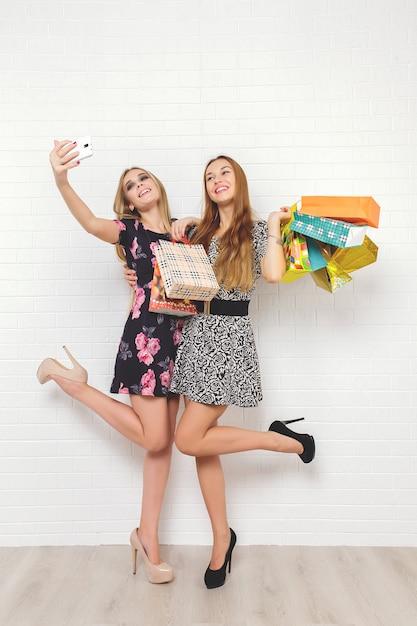 Piękne Nastolatki Niosące Torby Na Zakupy Premium Zdjęcia