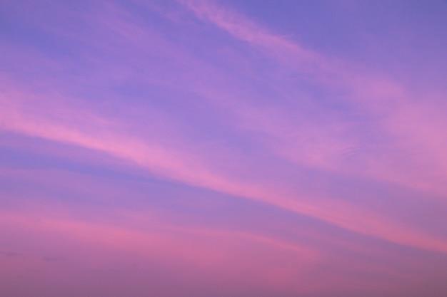 Piękne Niebo I Chmury W Delikatnym Pastelowym Kolorze. Miękka Chmura W Nieba Tła Kolorowym Pastelowym Purpurowym Brzmieniu. Premium Zdjęcia