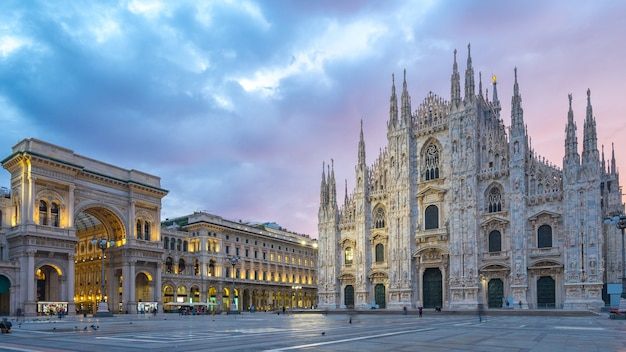 Piękne Niebo Z Widokiem Na Katedrę W Mediolanie We Włoszech. Premium Zdjęcia