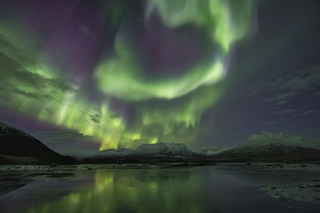 Piękne Odbicie Zorzy Polarnej W Jeziorze Otoczonym Ośnieżonymi Górami Darmowe Zdjęcia