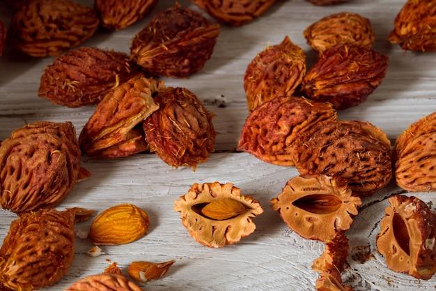 Piękne Owoce Brzoskwini I Dużo Pestek Brzoskwini Z Brzoskwiń Na Podłoże Drewniane Darmowe Zdjęcia