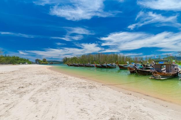 Piękne Piaszczyste Plaże I Widoki Na Sosny W Paradise Islandin Krabi Tajlandia Premium Zdjęcia