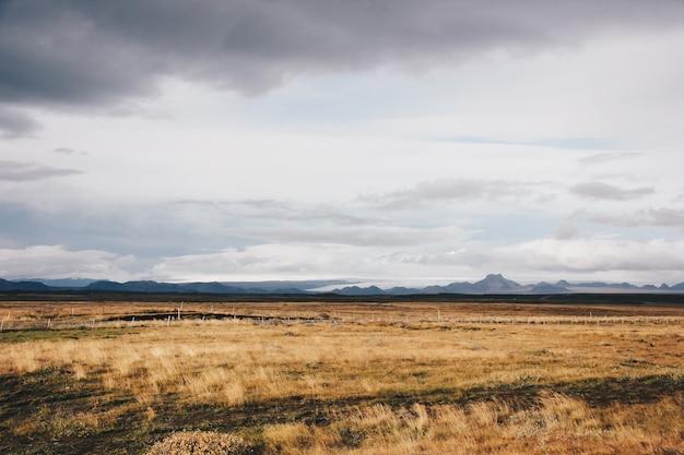Piękne Pole Z Wysokimi Górami I Wzgórzami Darmowe Zdjęcia