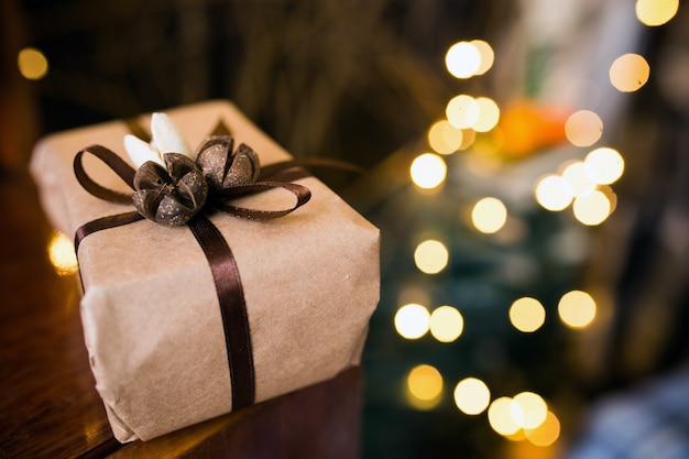 Piękne Prezenty świąteczne Leżą Na Vintage Stole. Darmowe Zdjęcia
