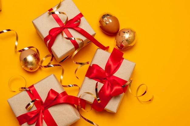 Piękne Pudełka Z Czerwonymi Kokardkami I Słodyczami Na Beżowym Tle Na Stronę, Baner Lub Artykuł Premium Zdjęcia