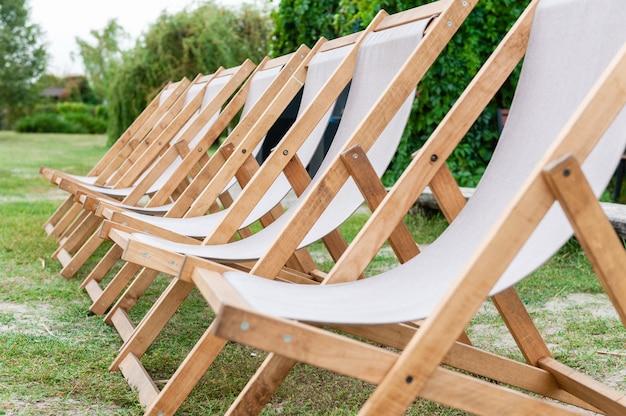 Piękne Puste Luksusowe Krzesła W Zieleni Na Zewnątrz Premium Zdjęcia