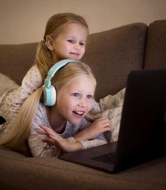 Piękne Siostry Używające Technologii W Domu Darmowe Zdjęcia