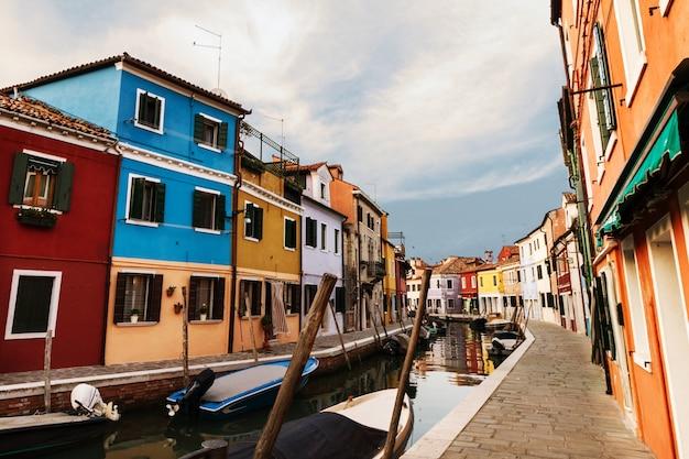 Piękne światło Dzienne Z łodziami, Budynkami I Wodą. światło Słoneczne. Tonowanie. Burano, Włochy. Darmowe Zdjęcia