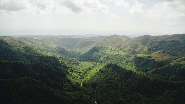 Piękne Szerokie Ujęcie Gór W Kauai Na Hawajach Darmowe Zdjęcia