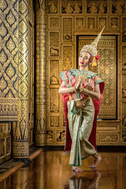 Piękne Tajskie Kobiety Ubierają Się W Tradycyjne Tajskie Stroje Ludowe. Aby Przygotować Się Do Sceny Dramatu Pantomimy Premium Zdjęcia