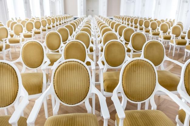 Piękne Ujęcie Białych Krzeseł W Sali Konferencyjnej Darmowe Zdjęcia