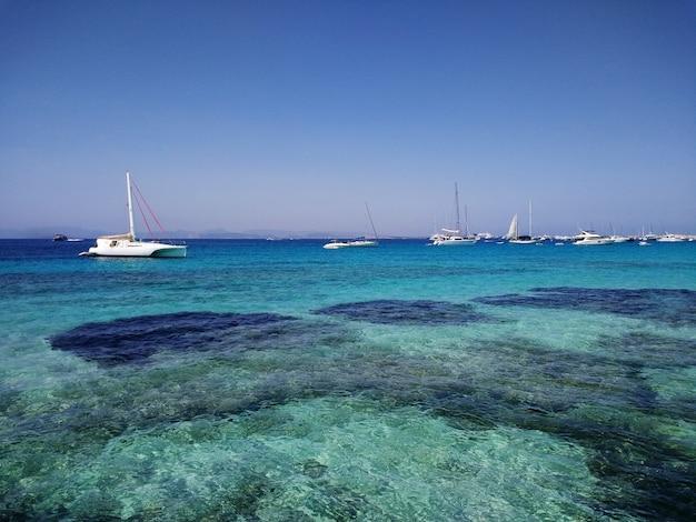 Piękne Ujęcie Białych łodzi Na Wybrzeżu W Pobliżu Formentery W Hiszpanii Darmowe Zdjęcia