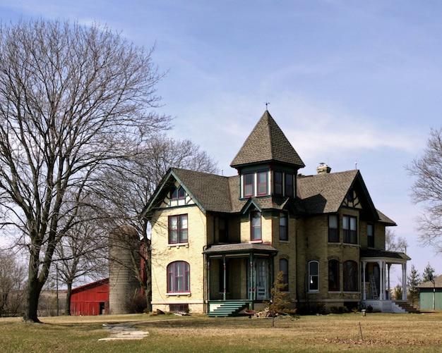 Piękne Ujęcie Dużego Wiejskiego Domu W Czyste, Błękitne Niebo Darmowe Zdjęcia