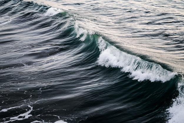 Piękne Ujęcie Fali Na Oceanie Darmowe Zdjęcia