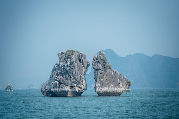 Piękne Ujęcie Kissing Rocks W Ha Long Bay W Wietnamie Darmowe Zdjęcia