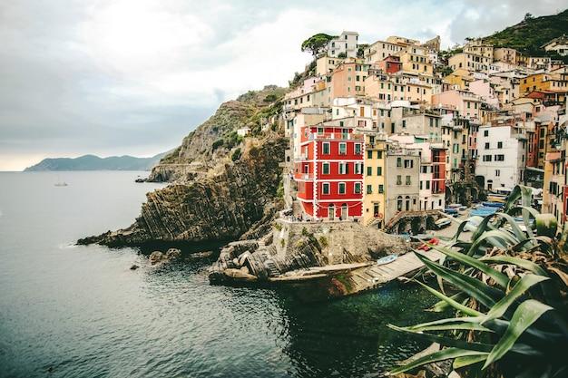 Piękne Ujęcie Kolorowych Budynków Na Wzgórzu W Pobliżu Morza W Manaroli We Włoszech Darmowe Zdjęcia