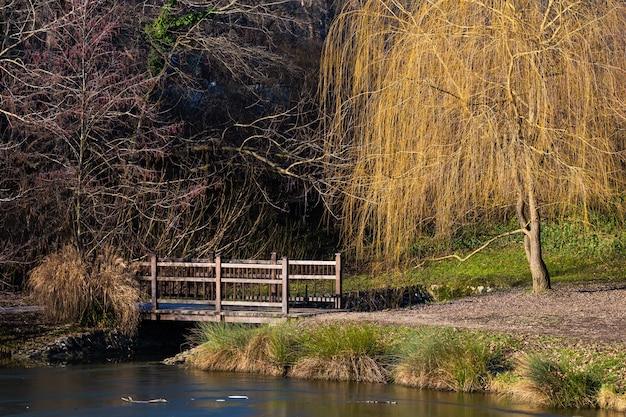 Piękne Ujęcie Małego Mostu Na Jeziorze W Parku Maksimir W Zagrzebiu W Ciągu Dnia Darmowe Zdjęcia