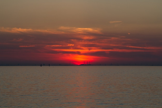 Piękne Ujęcie Morza Z Czerwonym Niebem W Oddali Darmowe Zdjęcia