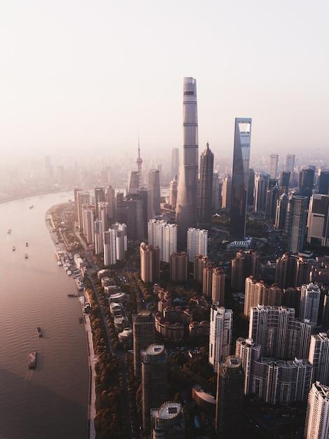 Piękne Ujęcie Panoramę Szanghaju Z Wysokimi Drapaczami Chmur I Rzeką Z Boku Darmowe Zdjęcia