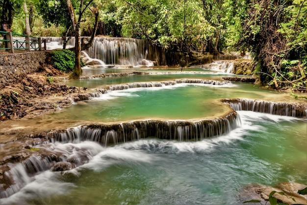 Piękne Ujęcie Wodospadu Kuang Si W Ban W Laosie Darmowe Zdjęcia