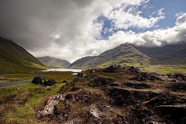 Piękne Ujęcie Wzgórz Otaczających Jezioro Doo W Hrabstwie Mayo W Irlandii Darmowe Zdjęcia