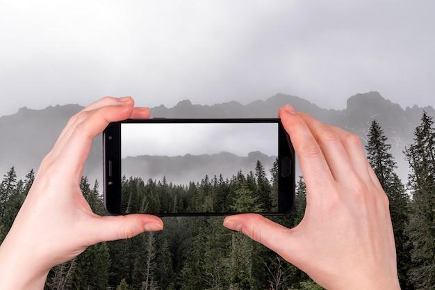 Piękne Widoki Na Tatry We Mgle Jesienny Dzień Premium Zdjęcia
