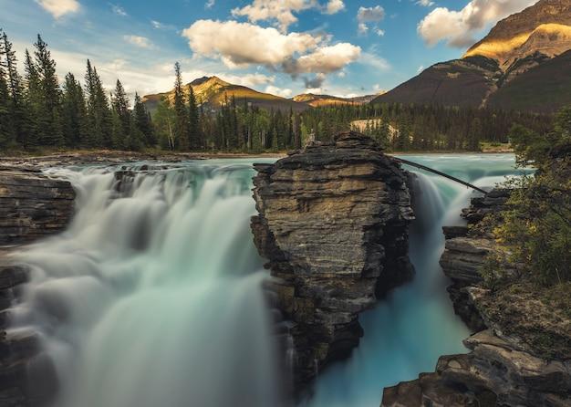 Piękne Wodospady Athabasca W Jasper, Alberta, Kanada. Premium Zdjęcia