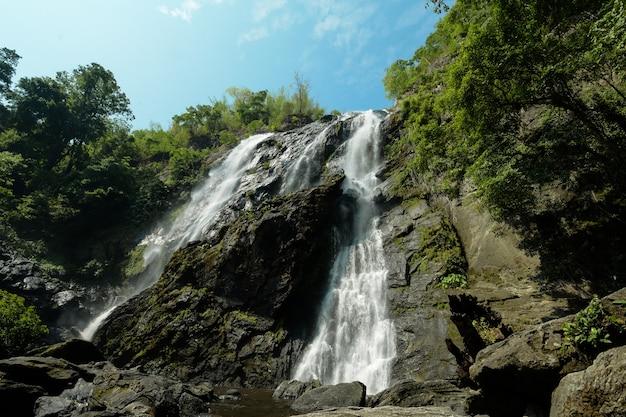 Piękne Wodospady Płynące Z Wysokich Szczytów. Premium Zdjęcia
