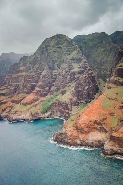 Piękne Zdjęcia Lotnicze Wybrzeża Napali Z Czystą, Piękną Wodą I Stromymi Skałami Darmowe Zdjęcia